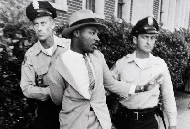 Martin Luther King eskorteres af to betjente